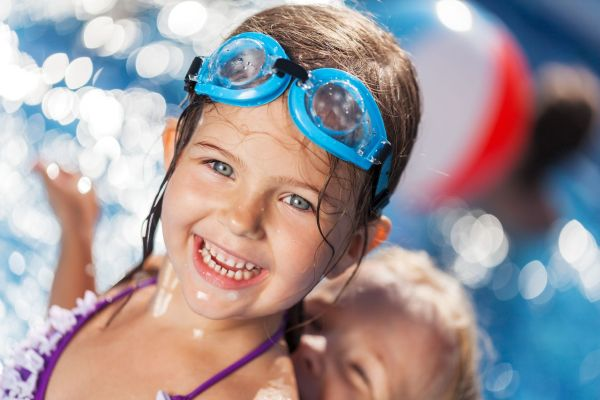 brincadeiras-na-piscina-criancas